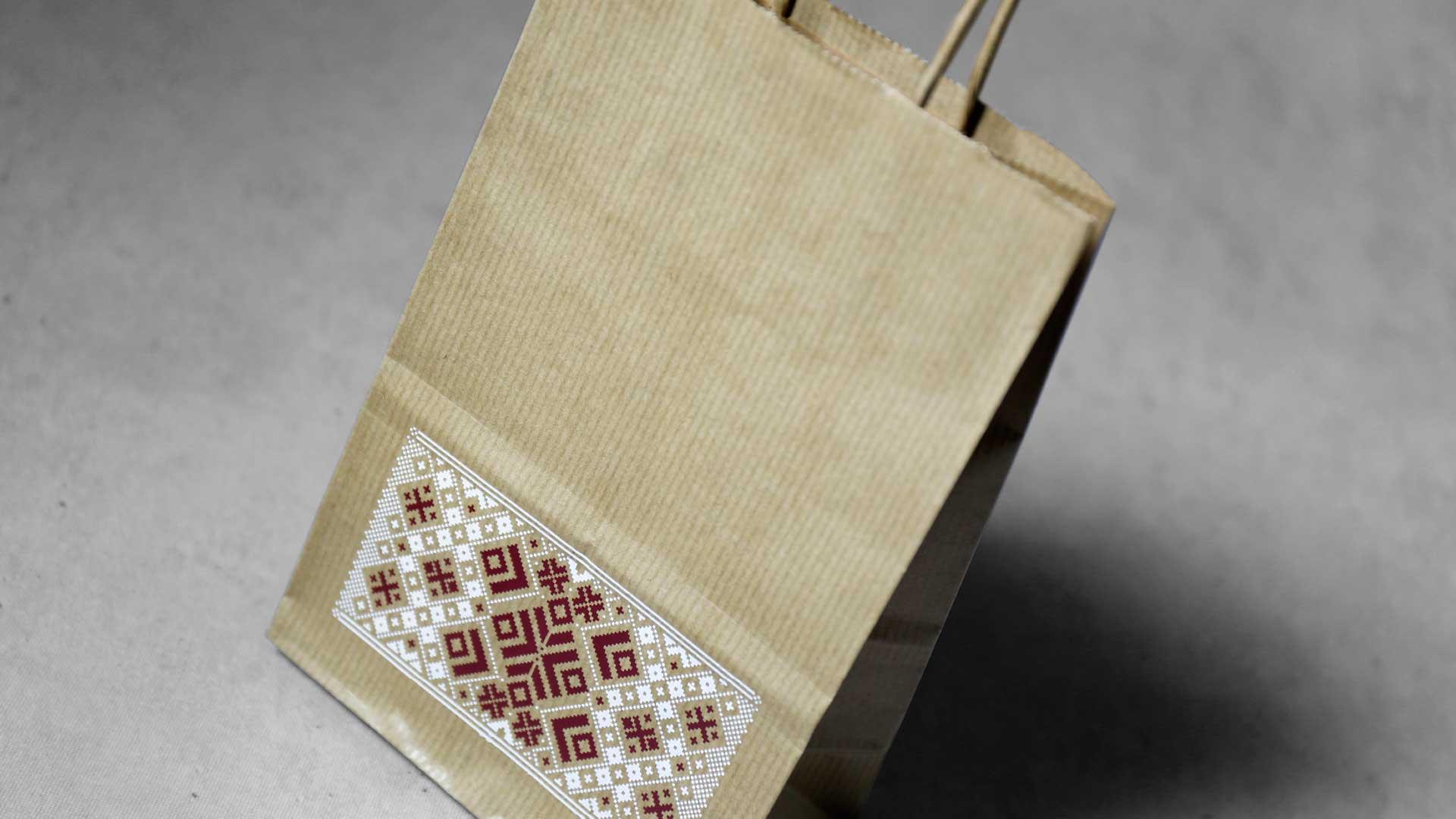 Kraftpapīra maisiņi ar latvju rakstiem