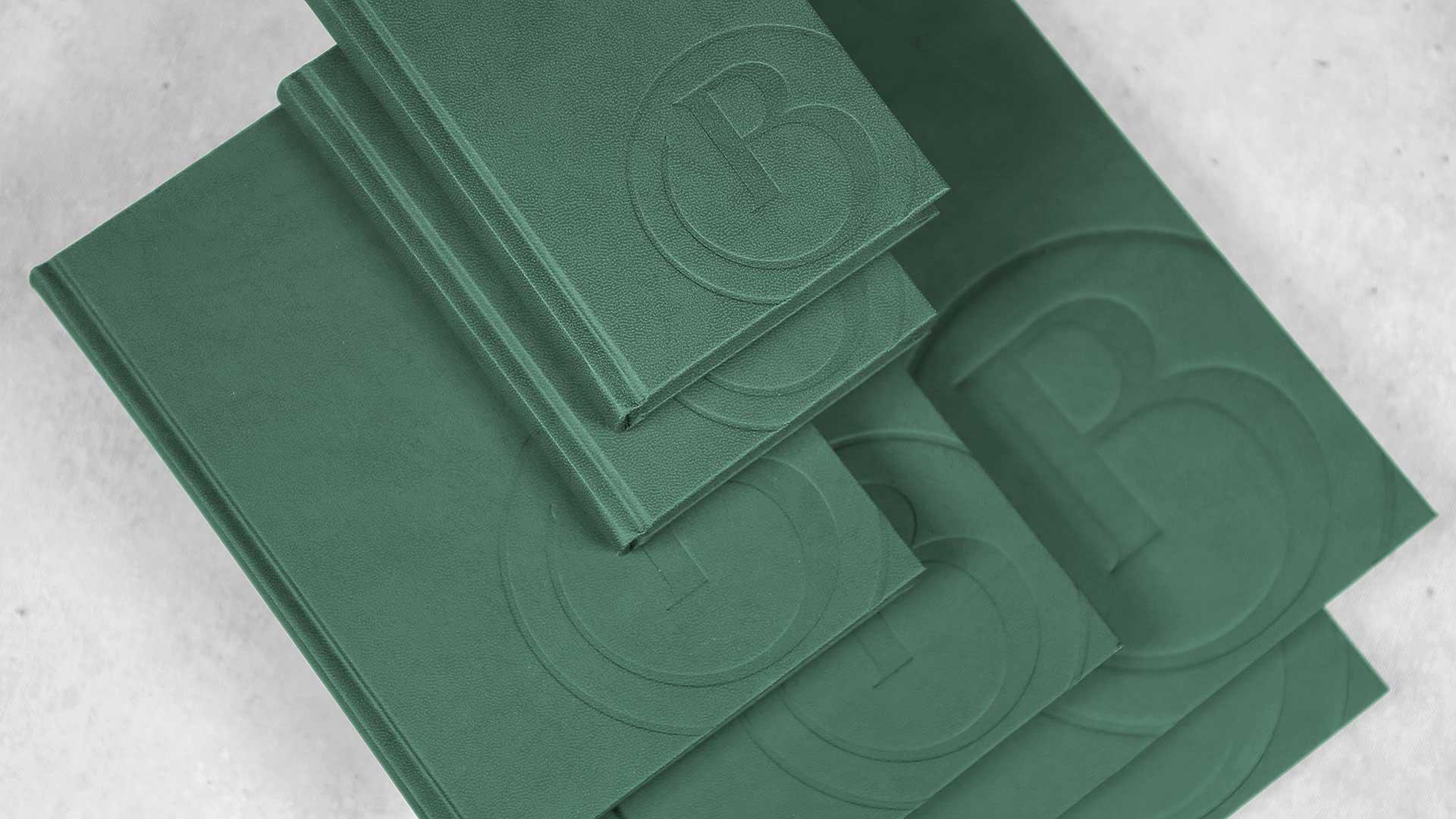 Plānotāju apdruka, reljefa iespiešana plānotājam ar zaļiem vākiem
